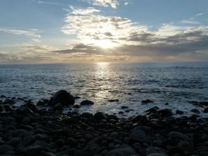 Sonnenuntergang am Meer an Felsenküste