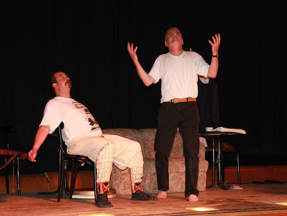 Wolf Schneider und Suffix-Sheik Ingo Taleb Rashid warten auf Hilfe von oben (2011 auf der Bühne von Marias Kino in Bad Endorf)